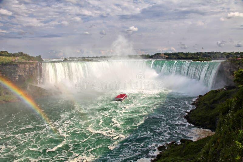 Boot met toeristen op Niagara-Dalingen stock afbeeldingen
