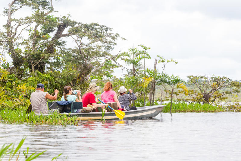 Boot met Toeristen in Wildernis Uit de Amazone royalty-vrije stock fotografie