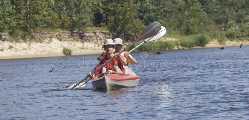 boot met twee roeiers royalty-vrije stock afbeelding