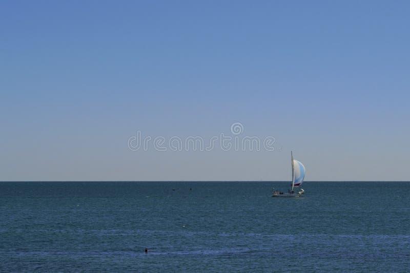 Boot met zeil op de overzeese horizon royalty-vrije stock foto's