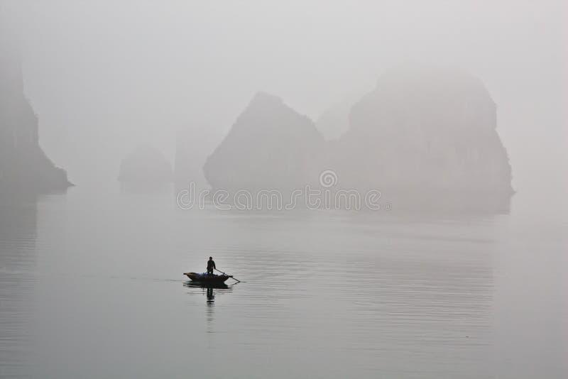 Boot in mist royalty-vrije stock afbeeldingen