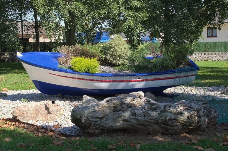 Boot mit Blumen lizenzfreie stockbilder