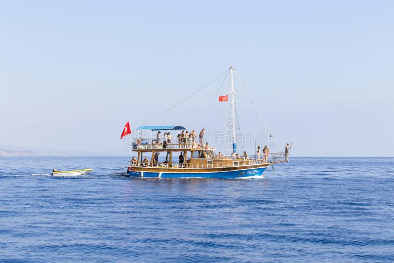 Boot mit Touristen geht von einer Kreuzfahrt zum Kemer-Strand, die Türkei zurück Das Kemer ist unter Touristen sehr populär stockfotos