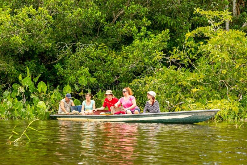 Boot mit Touristen im amazonischen Dschungel lizenzfreies stockfoto