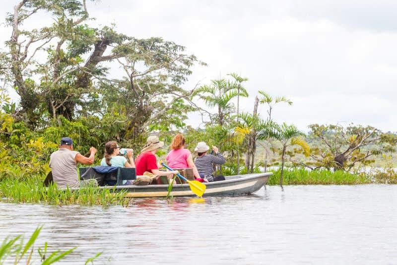 Boot mit Touristen im amazonischen Dschungel lizenzfreie stockfotografie