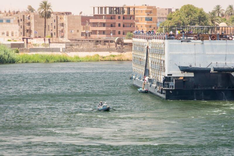 Boot mit Verkäufern von den Tischdecken, die Touristen eine Kreuzfahrt auf dem Nil anbieten Egypt April 2019 stockfotos