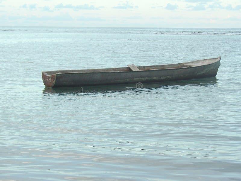 Download Boot Mitten In Einem Ruhigen See Stockfoto - Bild von ozean, strand: 96930330