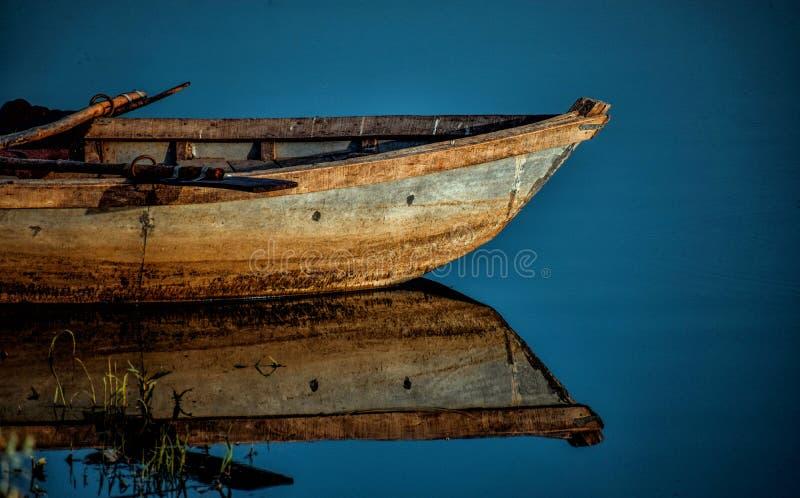 Boot in mooi ochtendmeer royalty-vrije stock afbeelding
