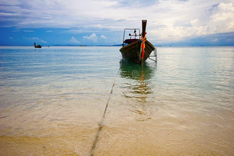 Download Boot nahe dem Strand stockbild. Bild von küste, horizont - 9095619