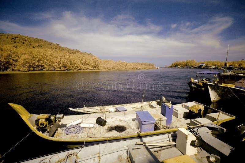 Boot nahe einem Fluss auf Infrarotphotographie lizenzfreie stockfotografie
