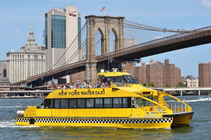 Boot onder de Brug van Brooklyn royalty-vrije stock foto's
