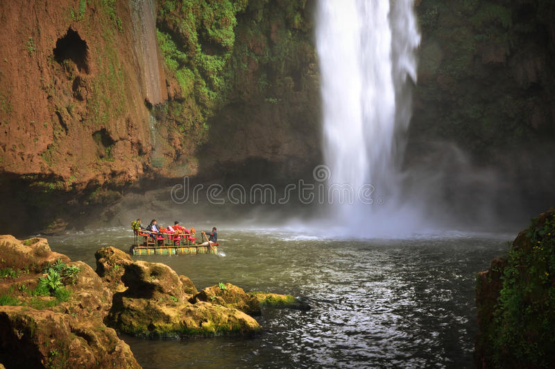 Boot onder Ouzoud-waterval, Marokko royalty-vrije stock afbeelding