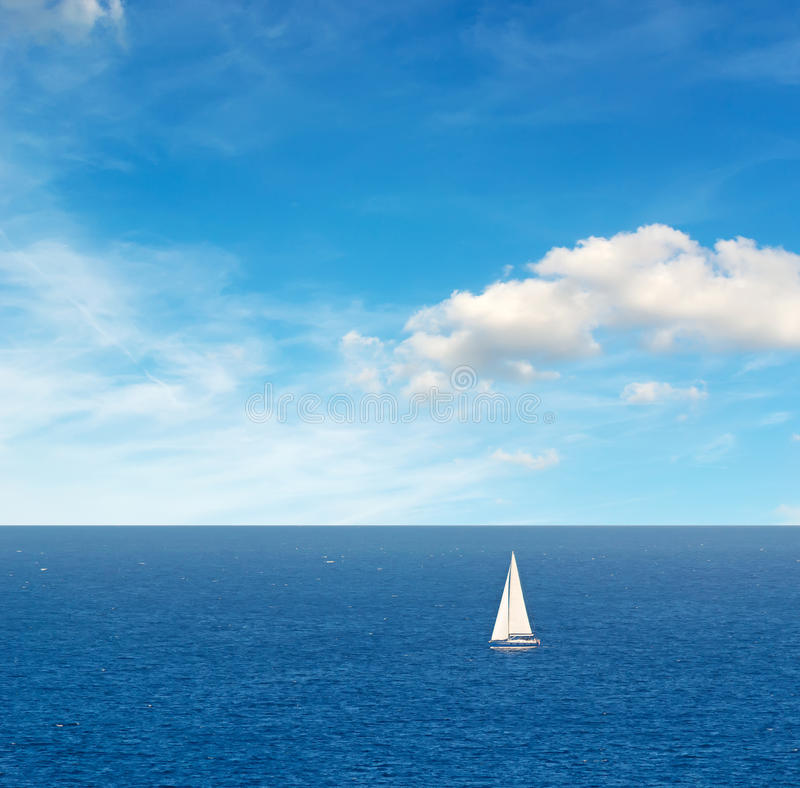 Boot onder wolken stock afbeelding