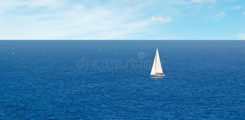 Boot onder wolken stock afbeeldingen