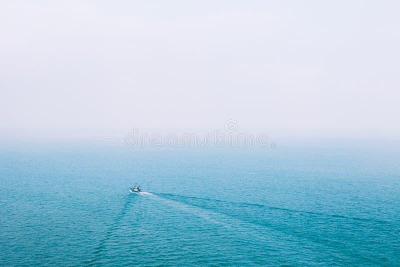 Boot op blauwe oceaanhorizon royalty-vrije stock foto's