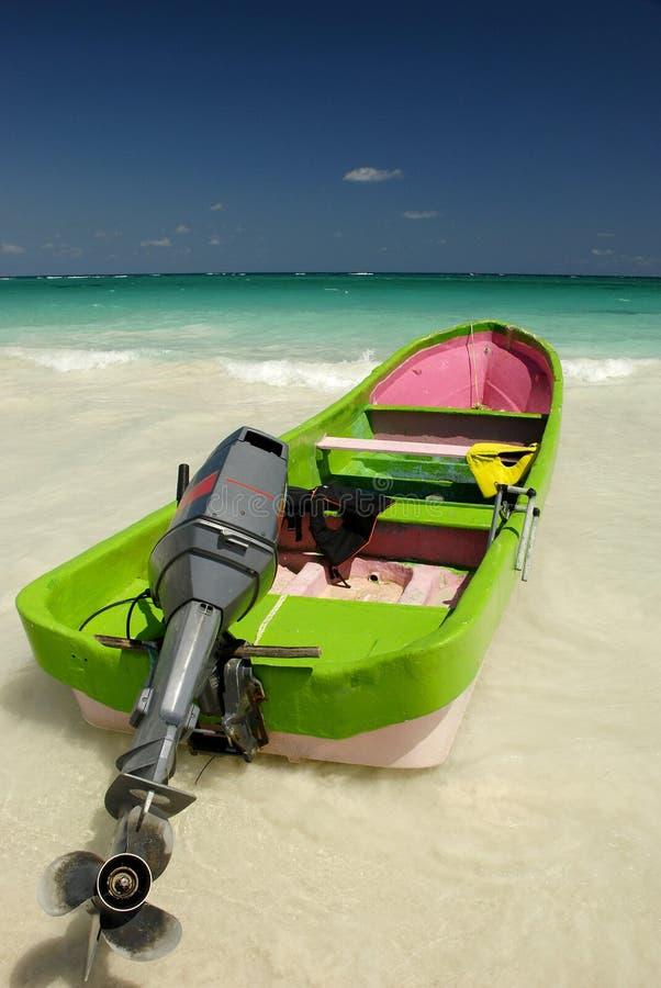 Boot op de Caraïbische kust royalty-vrije stock fotografie