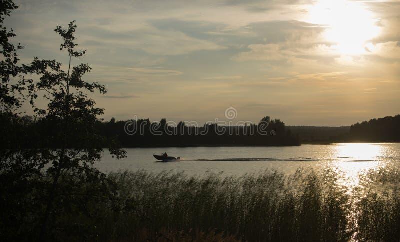 Boot op de rivier stock fotografie