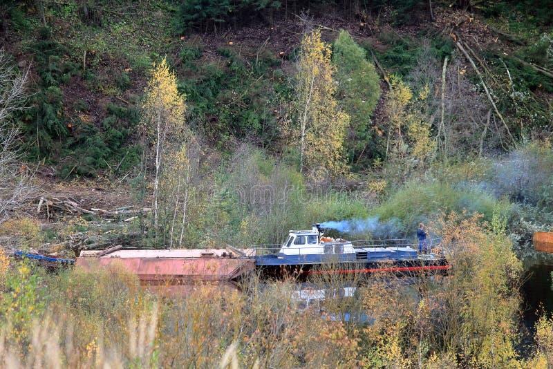 Boot op de rivier in de herfst stock foto's