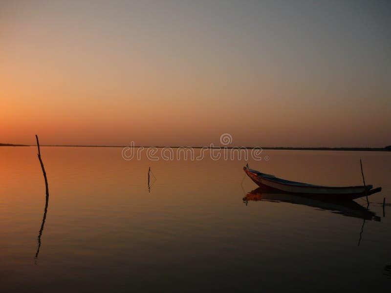 Boot op de rivier van Gambia stock afbeelding