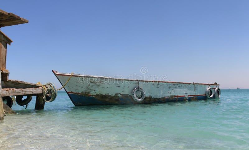 Boot op dok van Paradise-eiland van Rode Overzees royalty-vrije stock afbeeldingen