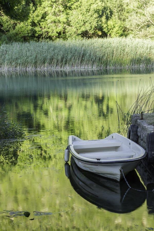 Boot op een rivier stock afbeeldingen