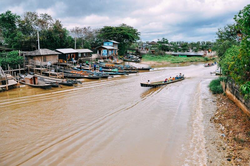 Boot op een rivier bij Inle-Meer stock afbeelding