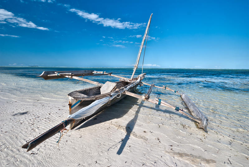 Boot op een tropisch strand royalty-vrije stock foto