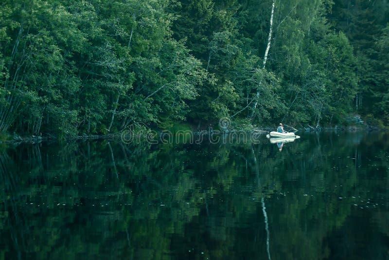 Boot op het bosmeer stock afbeeldingen