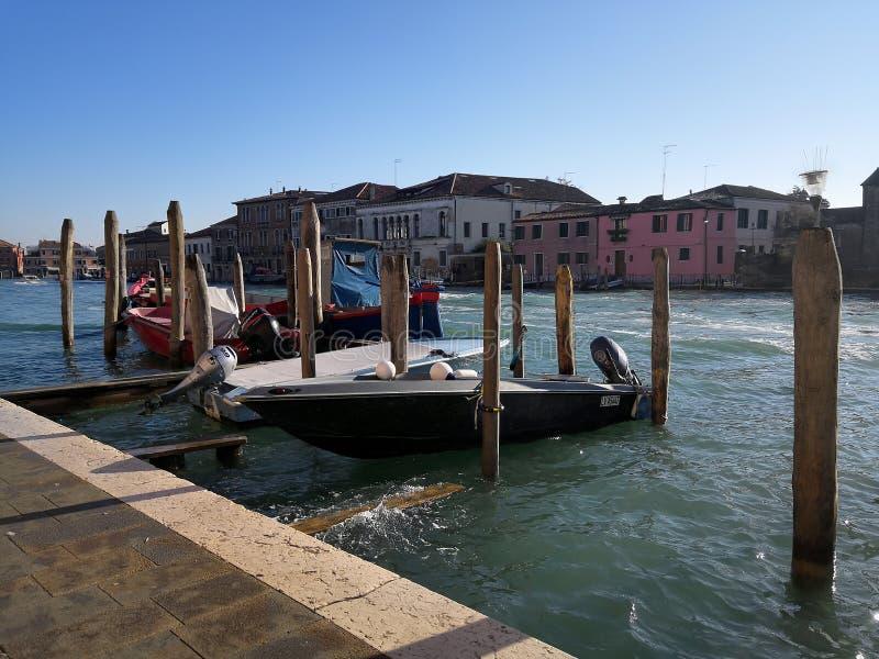 Boot op het kanaal van Venetië stock foto's