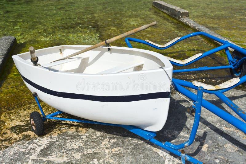 Boot op het karretje voor lancering royalty-vrije stock fotografie