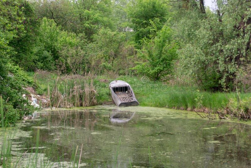 Boot op het meer wordt vastgelegd dat royalty-vrije stock fotografie