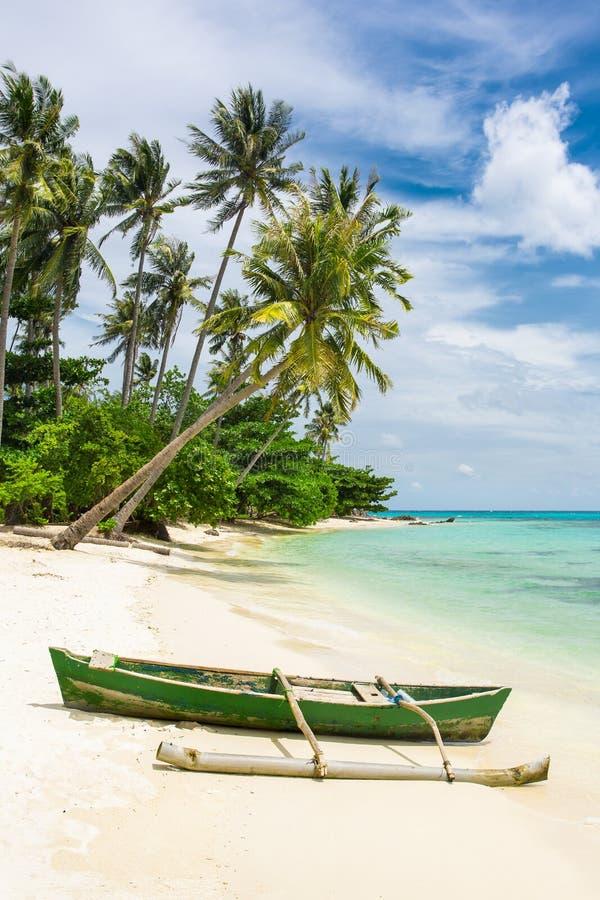 Boot op het mooie tropische strand op Karimunjawa-eiland, Indo royalty-vrije stock afbeeldingen