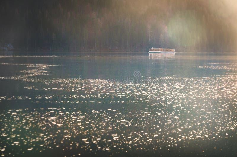 Boot op het Overweldigende Meer Königssee stock afbeelding
