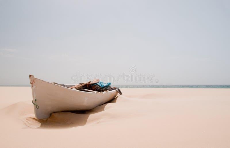 Boot op het strand stock afbeeldingen