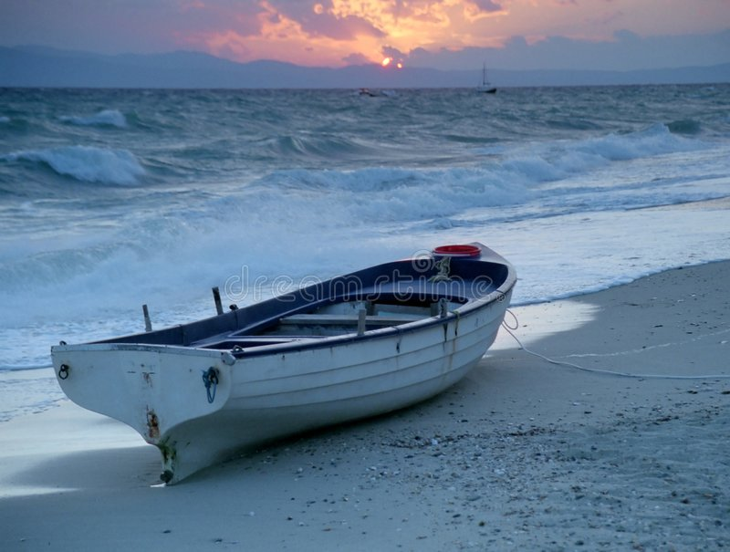 Boot op het strand royalty-vrije stock afbeeldingen