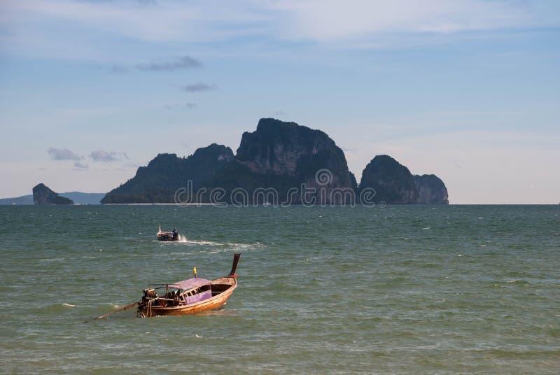 Boot op het strand bij krabi, Thailand royalty-vrije stock foto's