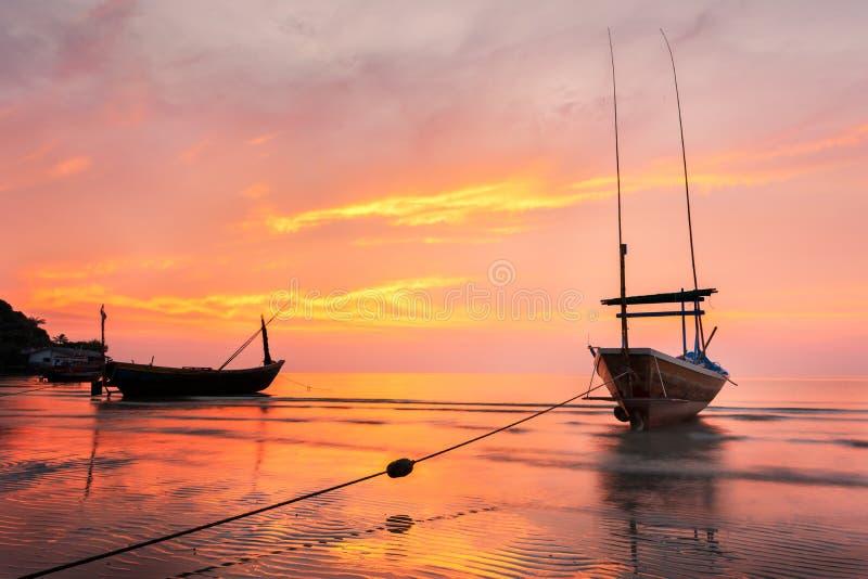 Boot op het strand in mooie zonsondergangtijd royalty-vrije stock afbeeldingen