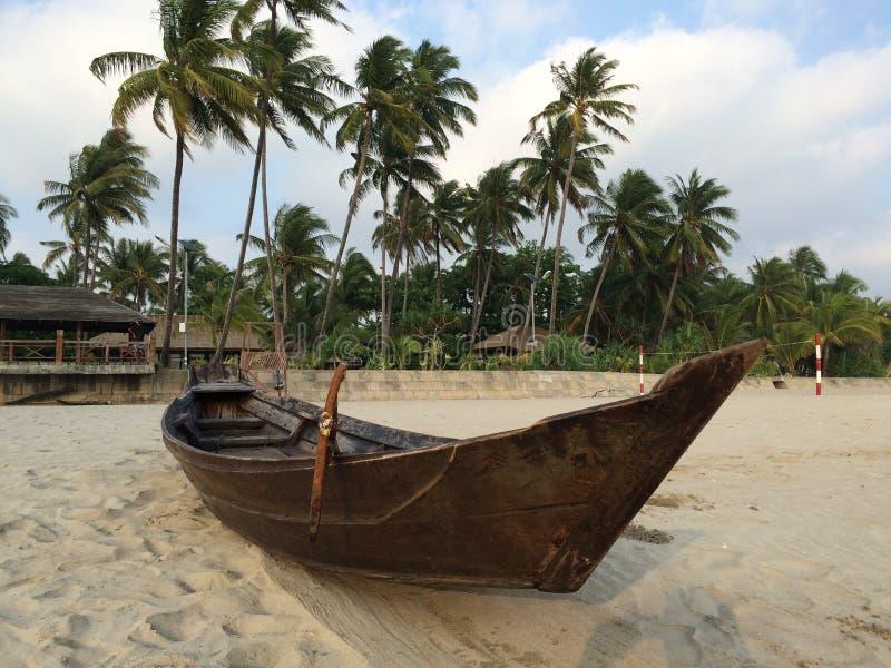 Boot op het strand in Ngwe Saung, Myanmar royalty-vrije stock fotografie