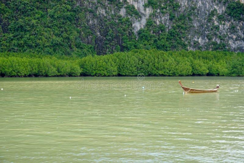 Boot op het water, het drijven vervoer stock foto's