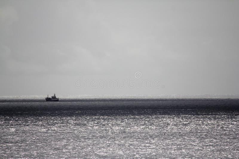 Boot op het zilveren overzees stock afbeelding