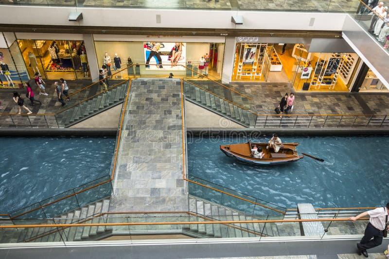 Boot op kanaal binnen Marina Bay Shoppes royalty-vrije stock afbeelding