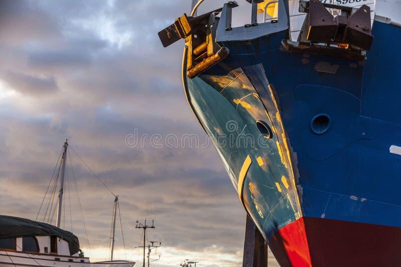Boot op land stock afbeeldingen