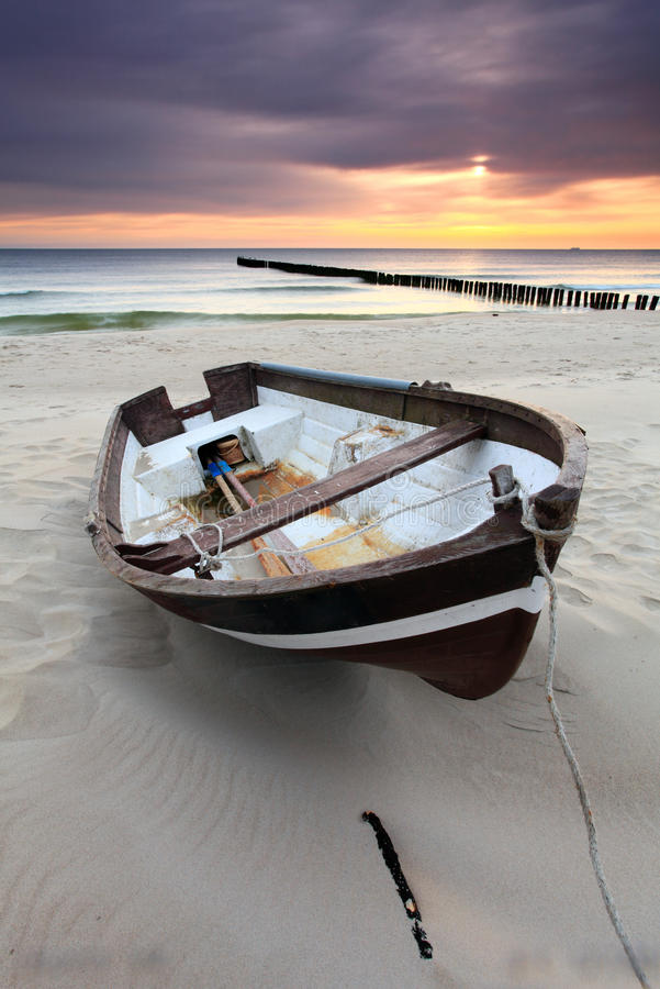 Boot op mooi strand in zonsopgang royalty-vrije stock foto