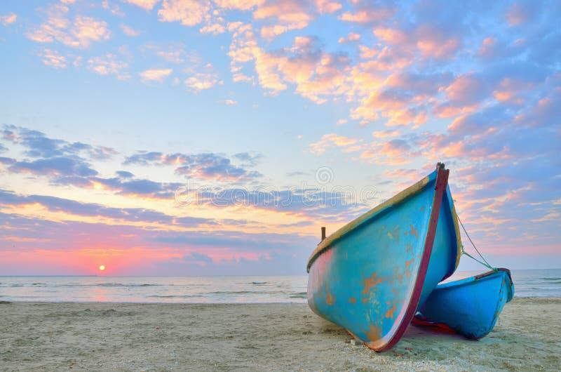 Boot op mooi strand in zonsopgang royalty-vrije stock fotografie