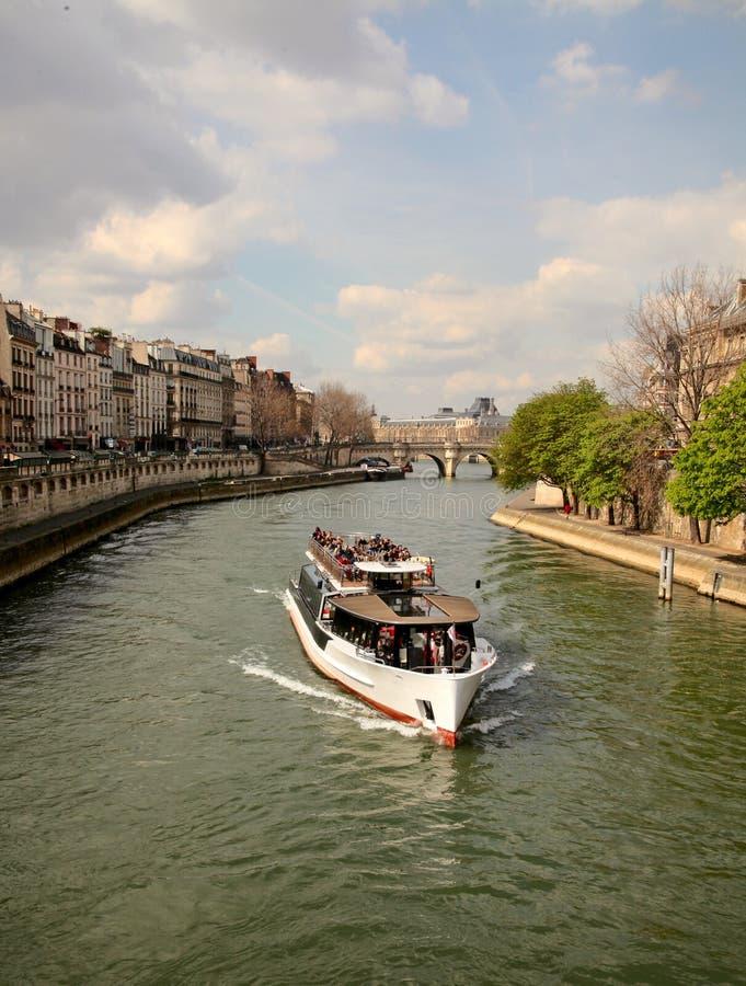 Boot op rivierzegen stock fotografie