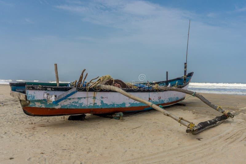 Boot op strand in Goa, India stock afbeelding