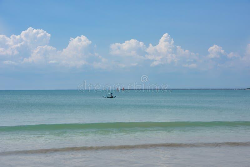 Boot op turkoois water, Bali stock afbeelding