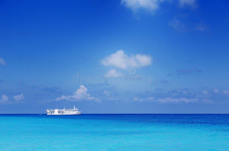 Boot op zee stock afbeelding