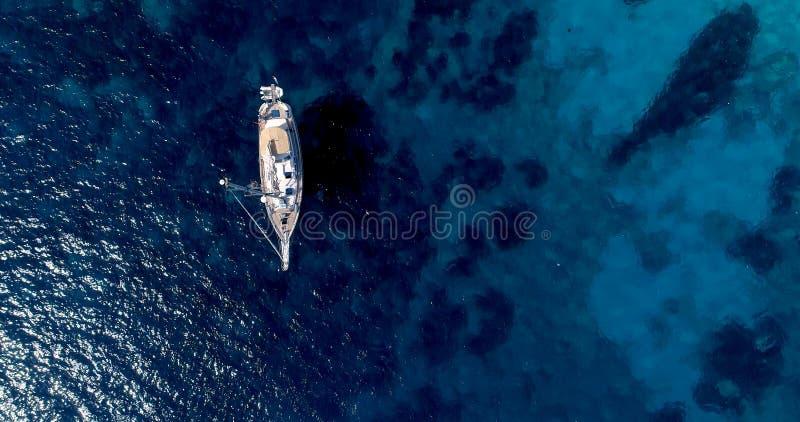 Boot op zee in luchtmening stock afbeeldingen