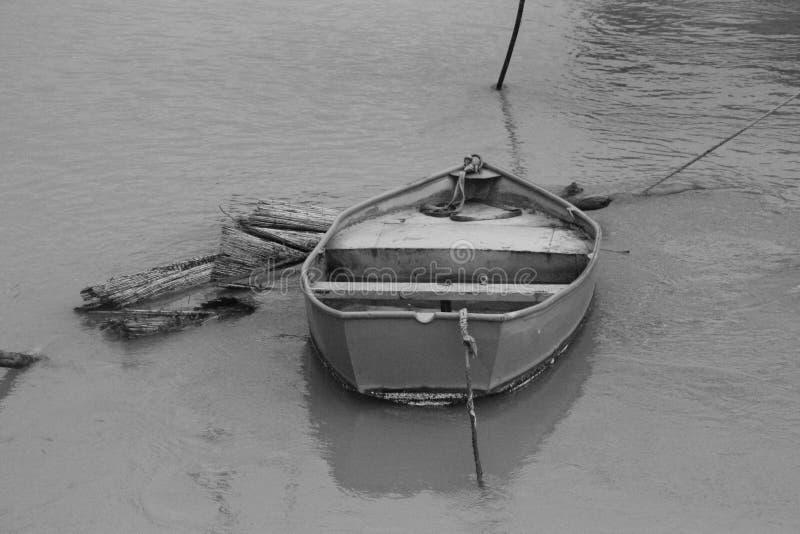 Boot in Parijs tijdens de vloed stock foto's